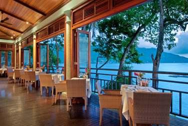 Découvrez les deux restaurants et le bar de l'hôtel Hilton Seychelles Northolme Hotel & Spa
