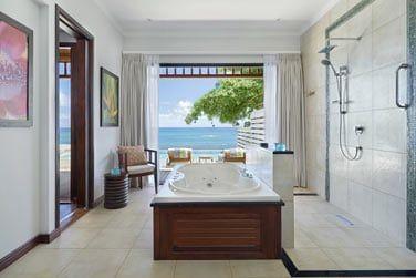 Salle de bain spacieuse donnant sur la mer