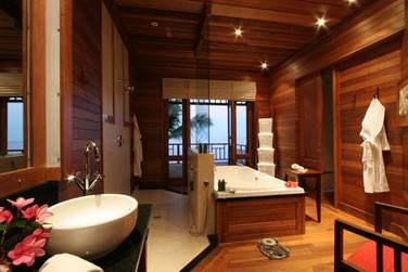 La salle de bain spacieuse et confortable