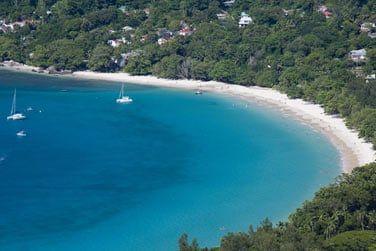 A proximité, la longue plage de Beau Vallon et ses activités nautiques