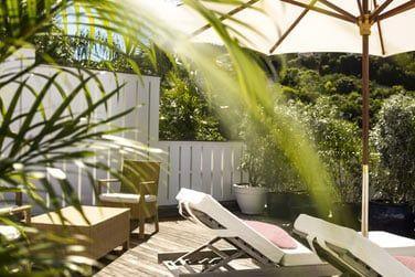 La terrasse de la chambre jardin : intimité garantie !