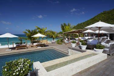 Le White Bar est situé au bord de la piscine
