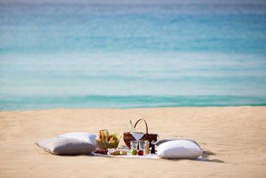 Un pique-nique sur la plage en amoureux...