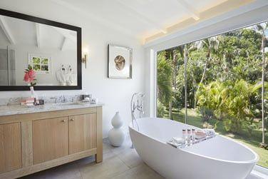La salle de bain spacieuse du bungalow jardin, ouverte sur la nature