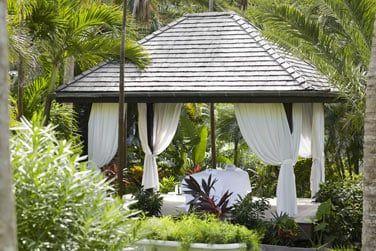 Les pavillons disséminés au coeur des jardins luxuriants vous accueillent également pour des massages...