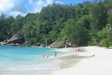 est posé sur la superbe plage d'Anse Soleil au sud-ouest de l'île de Mahé