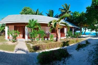 Ancrées dans le sable de la superbe plage de Grand Anse sur l'île de Praslin..