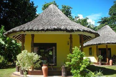 Des bungalows répartis dans un jardin tropical