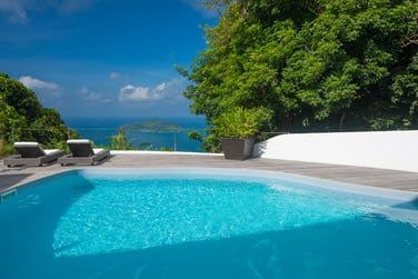 La piscine avec son panorama sur Mahé et les îles voisines