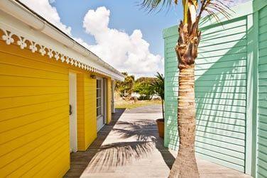 Le resort égrène un chapelet de petits cottages aux couleurs chatoyantes