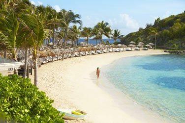 Situé à la pointe d'une presqu'île entre les baies de Marigot et de Grand Cul de Sac, au bord d'une très jolie plage !