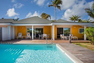 La Suite Piscine vue jardin et son spacieux jardin privatif avec piscine privée