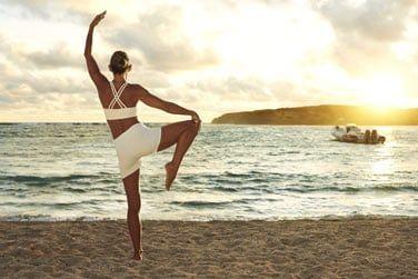 Yoga sur la plage pour se détendre