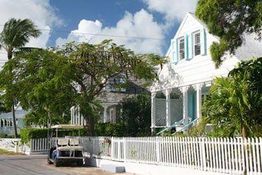 Flânez dans ses rues peuplées de maisons créoles colorées