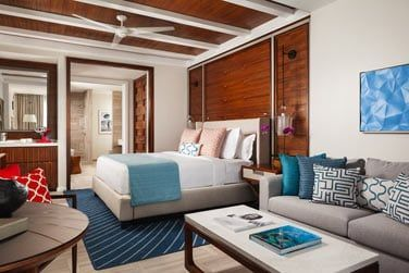 Les chambres contemporaines sont réparties dans des ba^bâtiments de style colonial