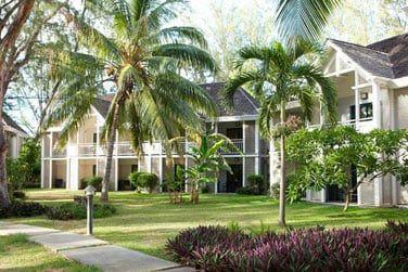 Les bungalows sont entourés par une jardin tropical luxuriant