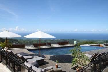 La piscine et la vue imprenable sur l'océan Indien depuis le Diana Dea Lodge à la Réunion