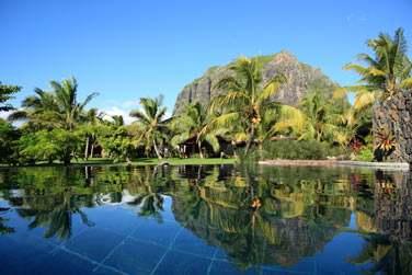 Les jardins tropicaux de l'hôtel LUX* Le Morne avec le Morne Brabant en toile de fond
