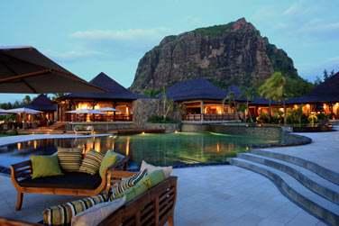 Ambiance cosy et intimiste à la tombée de la nuit à l'hôtel LUX* Le Morne à l'île Maurice