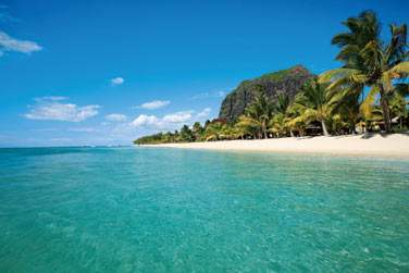 Vue sue la longue plage de sable fin et le Morne Brabant en toile de fond à l'hôtel LUX* Le Morne à l'île Maurice