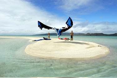 Le lagon est parsemé d'îlots, du vent régulier..