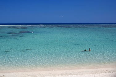 La côte est bordée par un beau lagon turquoise...