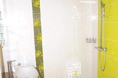 La salle de bain dans les mêmes tons colorés que la chambre