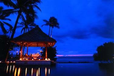 L'hôtel organise pour vous des dîners en amoureux et en toute intimité, sous le pavillon au toit de chaume, face à l'océan