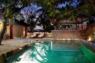 La piscine privée de la Luxury Villa vue océan.