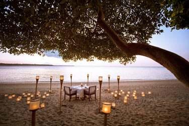 Offrez un dîner romantique sur la plage au coucher du soleil à votre moitié...