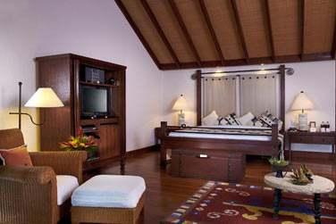 Intérieur d'un Pavillon de luxe fait de boiseries, textiles locaux et décoration raffinée