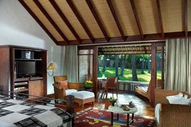 Intérieur de la chambre du Pavillon de Luxe vue jardin
