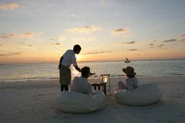 Laissez-vous tenter par un apéritif au Champagne confortablement installés sur la plage face au coucher du soleil