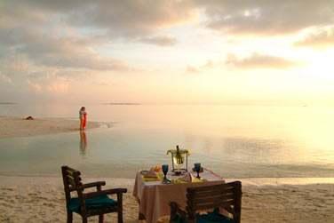Pour une soirée en tête à tête, rien de mieux qu'un dîner privé sur la plage au coucher du soleil
