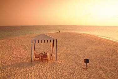 Optez pour un dîner en tête à tête au bord de la plage face à l'horizon...