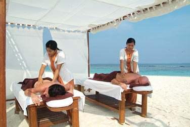 Le Coco Spa vous propose des massages sur la plage à l'ombre de petits pavillons de toile en extérieur...