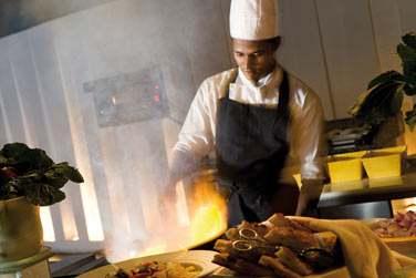 Au restaurant Cowrie, dégustez grillades et spécialités asiatiques préparées sous vos yeux