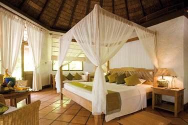 Intérieur chambre de la Deluxe Villa, avec lit à baldaquin