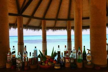 Venez savourer de délicieux cocktails au Lagoon Bar, situé sur pilotis, au-dessus des eaux turquoise
