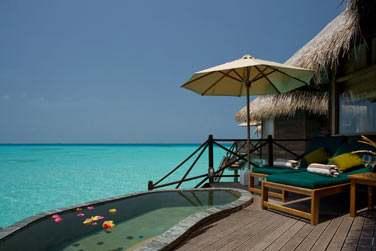 Terrasse extérieure de la Lagoon Villa, avec piscine privée face à la mer et accès direct au lagon