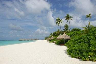 Un écrin de verdure bordé de longues plages de sable blanc