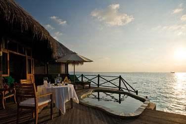 Un dîner en tête à tête sur la terrasse de votre Sunset Lagoon Villa face à la mer... Ça vous tente ?
