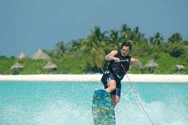 Initiez-vous aux sports nautiques dans le grand lagon qui entoure l'île...