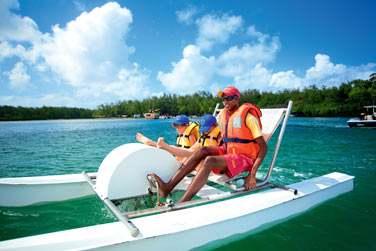 Ici, les activités ne manquent pas : balade sur le lagon en bateau à pédales