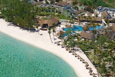 L'hôtel se situe le long d'une très belle plage de sable blanc :