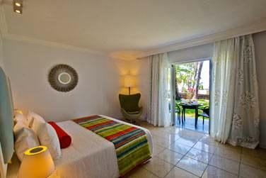 La chambre standard et sa terrasse ouverte sur le jardin tropical
