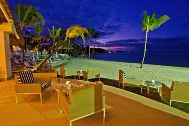 Le Coral Bar, au design contemporain, se situe face à la mer