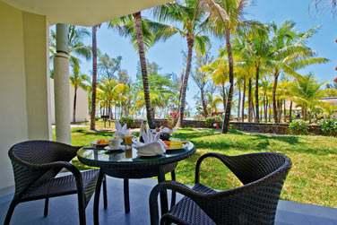 Profitez du room service pour un petit déjeuner en toute intimité sur la terrasse de votre chambre