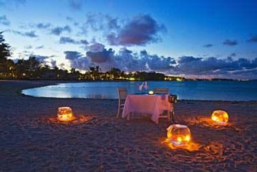 Pourquoi ne pas se laisser tenter par un dîner en amoureux sur la plage ?