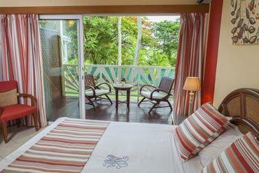 Chambre au style créole avec vue sur les jardins